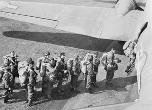 BRITISH TROOPS OF THE FIRST ALLIED AIRBORNE ARMY WHO LANDED IN HOLLAND, BRITAIN, 17 SEPTEMBER 1944
