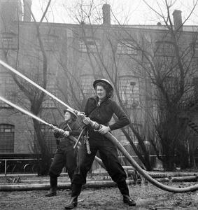 WOMEN'S FIRE GUARD IN ACTION, BIRMINGHAM, WARWICKSHIRE, UK, 1942