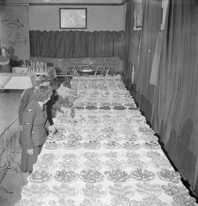 COOKHOUSE CABARET: ENTERTAINMENT AT UXBRIDGE RAF DEPOT, MIDDLESEX, ENGLAND, UK, 1944