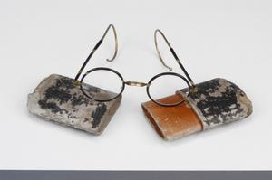 spectacles, child's (with case)