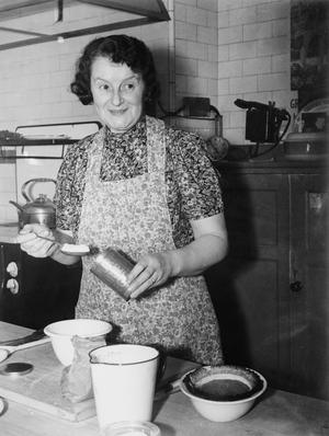 RESEARCH AND DEVELOPMENT IN THE MINISTRY OF FOOD KITCHEN, LONDON, ENGLAND, UK, 1942