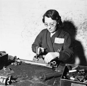 WAR INDUSTRY: STEN GUN PRODUCTION, UK, c 1942