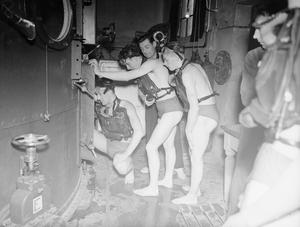 NEW DAVIS BREATHING APPARATUS TESTED AT THE SUBMARINE ESCAPE TEST TANK AT HMS DOLPHIN GOSPORT, 14 DECEMBER 1942
