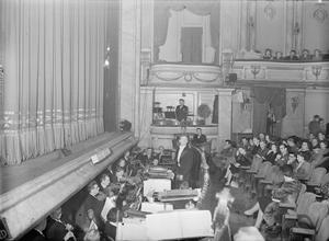 WARTIME OPERA: MUSIC AND ENTERTAINMENT AT THE NEW THEATRE, ST MARTIN'S LANE, LONDON, ENGLAND, UK, 1943