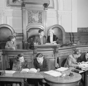 JUNIOR TOWN COUNCIL: YOUNG PEOPLE DEBATE IN AN EAST LONDON COUNCIL CHAMBER, ENGLAND, UK, 1943