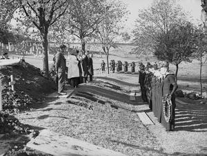 NAVAL BURIAL SERVICE AT DOUGLAS BANK CEMETERY, ROSYTH, SCOTLAND, 30 SEPTEMBER 1944