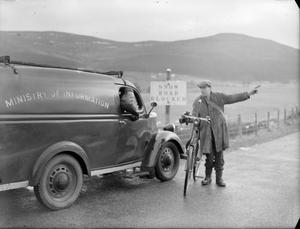 FILM SHOW AT HIGHEST VILLAGE IN THE HIGHLANDS: MINISTRY OF INFORMATION FILM SCREENING, TOMINTOUL, BANFFSHIRE, SCOTLAND, UK, 1943