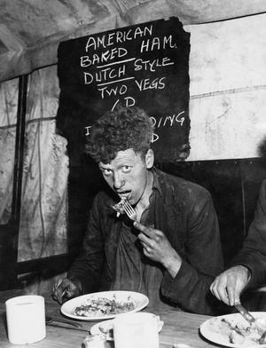 AMERICAN LEASE AND LEND FOOD BEING EATEN BY WORKERS IN ENGLAND, LIVERPOOL, LANCASHIRE, ENGLAND, UK, 1941