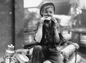 AMERICAN LEASE AND LEND FOOD BEING EATEN BY WORKERS IN ENGLAND, UK, 1941