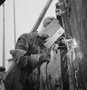 CECIL BEATON PHOTOGRAPHS: TYNESIDE SHIPYARDS, ENGLAND, 1943