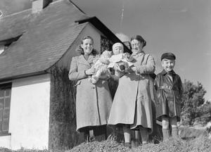 EVACUEES TO A COMMUNAL HOSTEL IN THURLESTONE, SOUTH DEVON, ENGLAND, 1941