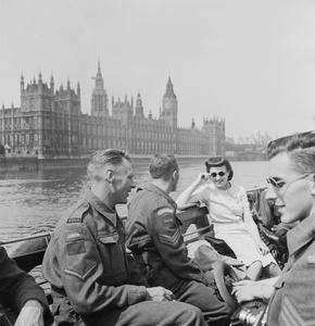 10/- VARSITY: CANADIAN ARMY STUDIES AT BRITISH SUMMER SCHOOL, LONDON, ENGLAND, UK, 1942