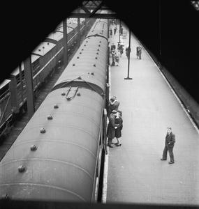 BRITISH RAILWAYS IN WARTIME - BRIDGE OF GOODBYES: EVERYDAY LIFE AT EUSTON STATION, LONDON, ENGLAND, UK, 1944