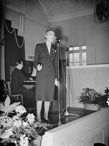 VERA LYNN VISITS A MUNITIONS FACTORY, UK, 1941