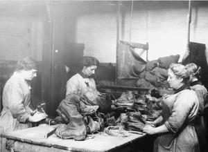 THE WOMEN'S WORK IN THE WAR INDUSTRY, 1914-1918
