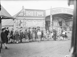 ENTERTAINMENT IN WARTIME GLASGOW, SCOTLAND, 1943