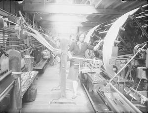 HUDDERSFIELD CLOTH MILL: LIFE AT C & J HIRST IN HUDDERSFIELD, YORKSHIRE, ENGLAND, C 1943