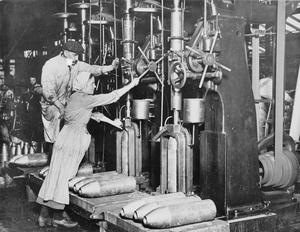 WOMEN WORKING IN THE MUNITIONS INDUSTRY DURING THE FIRST WORLD WAR