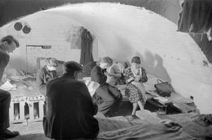 AIR RAID SHELTER UNDER THE RAILWAY ARCHES, SOUTH EAST LONDON, ENGLAND, 1940