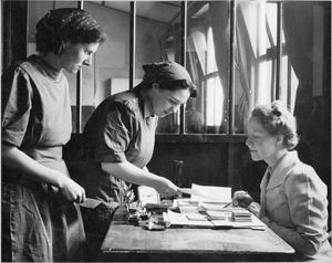 WOMEN'S FACTORY WAR WORK AT SLOUGH TRAINING CENTRE, ENGLAND, UK, 1941