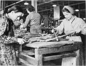 STIRRUP PUMP MANUFACTURE, ENGLAND, UK, 1941
