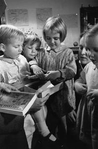 AMERICAN CHILDREN GIVE BRITISH PARTY: CHRISTMAS FOR EVACUEES, HENLEY-ON-THAMES, OXFORDSHIRE, 1941