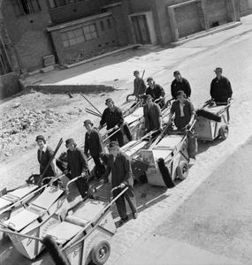WOMEN'S STREET CLEANING BRIGADE: FEMALE DUSTMEN AT WORK, LONDON, 1942