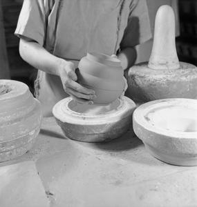 POTTERY IN THE MAKING: THE WORK OF J & G MEAKIN POTTERY, HANLEY, STOKE-ON-TRENT, STAFFORDSHIRE, ENGLAND, 1942
