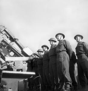 HOME GUARD MAN ANTI AIRCRAFT GUN: CIVIL DEFENCE IN BRITAIN, 1943
