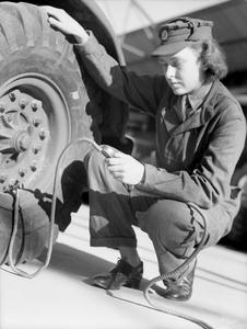 AUXILIARY TERRITORIAL SERVICE VEHICLE MAINTENANCE TRAINING, 1942