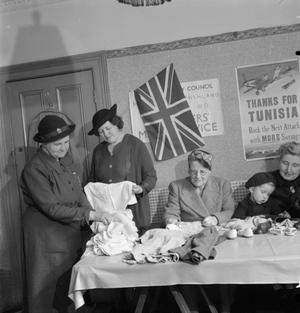 MARKETING WITHOUT MONEY: CHILDREN'S CLOTHING EXCHANGE, NORWOOD, ENGLAND, UK, 1943
