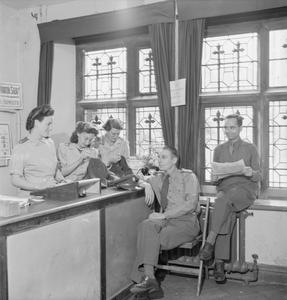 AMERICAN RED CROSS SERVICE CLUB, NORWICH: LIFE AT THE CLUB AT THE BISHOP'S PALACE, NORFOLK, ENGLAND, UK, 1943