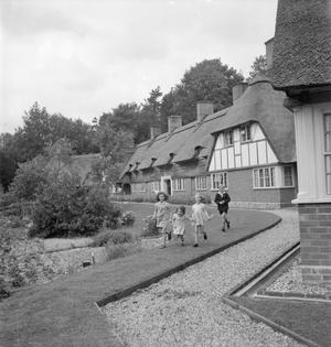 THE COTTAGES OF FREEFOLK: LIFE IN THE VILLAGE OF FREEFOLK, HAMPSHIRE, ENGLAND, UK, 1943