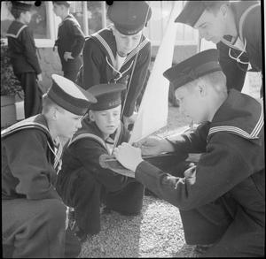 THEY LEARN TO BE SAILORS: SEA CADET TRAINING ON THE TRAINING SHIP HMS UNDINE, BOWNESS-ON-WINDERMERE, ENGLAND, UK, 1943