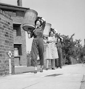 PIG FOOD: WOMEN'S VOLUNTARY SERVICE COLLECTS SALVAGED KITCHEN WASTE, EAST BARNET, HERTFORDSHIRE, ENGLAND, 1943