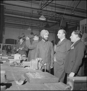 INDIAN LECTURERS VISIT INDIAN TECHNICIANS: WAR INDUSTRY AT LETCHWORTH, HERTFORDSHIRE, ENGLAND, UK, 1943