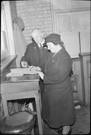 MIDDLE EAST SERGEANT'S WIFE DOES SIGNALMAN'S JOB: LIFE AS A RAILWAY SIGNALWOMAN, MOLLAND, DEVON, ENGLAND, UK, 1943