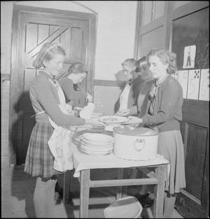 VILLAGE GARDENS FEED SCHOOLCHILDREN: FOOD PRODUCTION AT KNIGHTON-ON-TEME, WORCESTERSHIRE, ENGLAND, UK, 1943