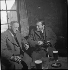 WARTIME PUB: EVERYDAY LIFE AT THE WYNNSTAY ARMS, RUABON, DENBIGHSHIRE, WALES, UK, 1944