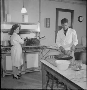 COLONIAL CENTRE: EVERYDAY LIFE AT THE COLONIAL CLUB, RUSSELL SQUARE, LONDON, ENGLAND, UK, 1944