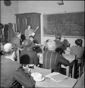 MORLEY COLLEGE IN WARTIME: EVERYDAY LIFE AT MORLEY COLLEGE, WESTMINSTER BRIDGE ROAD, LONDON, ENGLAND, UK, 1944
