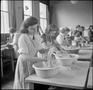 COUNTRY SCHOOL: EVERYDAY LIFE AT BALDOCK COUNTY COUNCIL SCHOOL, BALDOCK, HERTFORDSHIRE, ENGLAND, UK, 1944