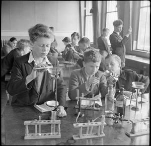 COUNTRY SCHOOL: EVERYDAY LIFE AT BALDOCK COUNTY COUNCIL SCHOOL, BALDOCK, HERTFORDSHIRE, ENGLAND, UK, 1944