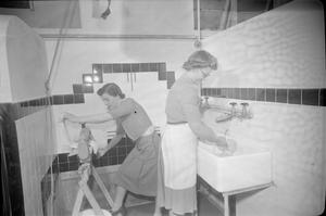 YWCA WAR WORKERS' CLUB: REST AND RELAXATION IN YEOVIL, SOMERSET, ENGLAND, UK, 1944