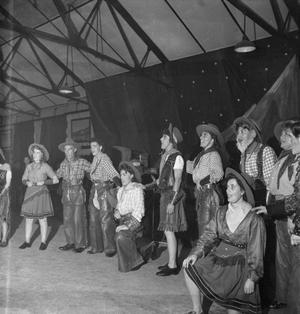 COOKHOUSE CABARET: ENTERTAINMENT AT UXBRIDGE RAF DEPOT, MIDDLESEX, ENGLAND, UK, 1944