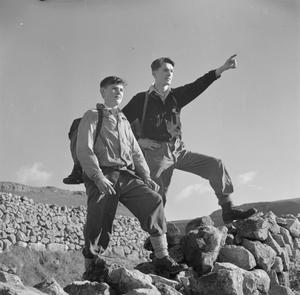 YOUNG HIKERS IN YORKSHIRE: THE WORK OF THE YOUTH HOSTEL ASSOCIATION IN WARTIME, MALHAM, YORKSHIRE, ENGLAND, UK, 1944