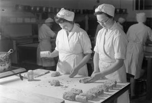 THEY TRAIN TO BE COOKS: COOKERY CLASSES AT THE NATIONAL TRAINING COLLEGE OF DOMESTIC SCIENCE, WESTMINSTER, LONDON, ENGLAND, UK, 1944
