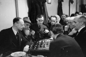 CHESS IN THE CITY: EVERYDAY LIFE AT THE GAMBIT CHESS ROOMS, BUDGE ROW, LONDON, ENGLAND, UK, 1944