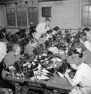 MAKING SHOES FOR THE WRENS: THE MANUFACTURE OF FOOTWEAR FOR THE WOMEN'S ROYAL NAVAL SERVICE AT A FACTORY IN THE MIDLANDS, ENGLAND, UK, 1944