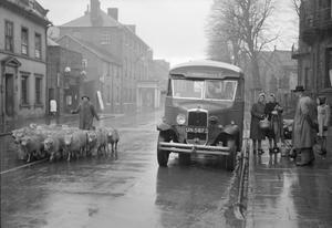 COUNTRY BUS: TRAVEL AND TRANSPORT IN OSWESTRY, SHROPSHIRE, ENGLAND, UK, 1944